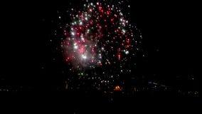 Fantastiskt fyrverkeri ovanför staden i natthimlen med ljudet UltraHD video lager videofilmer