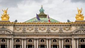 Fantastiskt konstverk på byggnaden av den Paris operan Arkivbilder