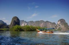 Fantastiskt landskap av nationalparken i den Phang Nga fjärden med turist b Arkivbild