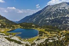 Fantastiskt landskap av panorama av Muratovo sjön, Pirin berg royaltyfria bilder
