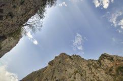 fantastiskt landskap av steniga berg och blå himmel Himmelsikten mellan två vaggar Stora Kaukasus berg Royaltyfri Foto
