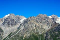 Fantastiskt landskap av steniga berg och blå himmel, Kaukasus, Ryssland Arkivbilder