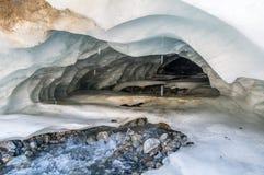 Fantastiskt landskap av steniga berg och blå himmel, Kaukasus, Ryssland Royaltyfri Foto