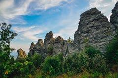 Fantastiskt landskap med bergskedja och härlig blå himmel, drakeryggrad, Ryssland, Ural, Europa - Asien gräns Royaltyfri Fotografi