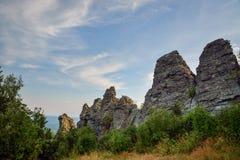 Fantastiskt landskap med bergskedja och härlig blå himmel, drakeryggrad, Ryssland, Ural, Europa - Asien gräns Arkivbilder