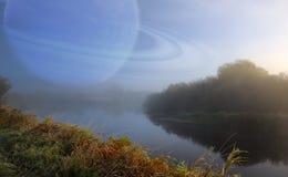 Fantastiskt landskap med den stora planeten i himlen över den tysta floden Royaltyfri Fotografi