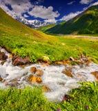 Fantastiskt landskap med en flod i bergen Arkivfoto