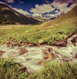 Fantastiskt landskap med en flod i bergen Arkivbilder