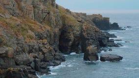 Fantastiskt landskap på den Kynance lilla viken - ett underbart ställe i Cornwall arkivfilmer