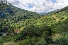 Fantastiskt landskap till det Rhodopes berget från fästningen för Asen ` s, Bulgarien Arkivbild