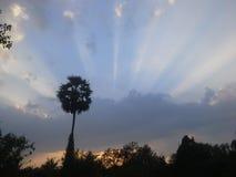 Fantastiskt ljus bak moln i aftonen av Thailand Arkivfoton