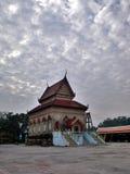 Fantastiskt moln på den gamla thailändska templet, Songkhla, Thailand Royaltyfri Foto