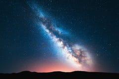 Fantastiskt nattlandskap med den ljusa mjölkaktiga vägen fotografering för bildbyråer