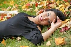 Fantastiskt skott av den sinnliga kvinnan på duntäcket för blad s fotografering för bildbyråer