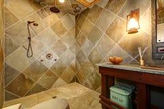 Fantastiskt slottstilbadrum med en öppen dusch Arkivbilder