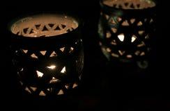 Fantastiskt slut upp av tända stearinljus i en härlig blå stearinljushållare arkivfoto