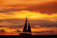 Fantastiskt solnedgånglandskap och skepp Arkivbild