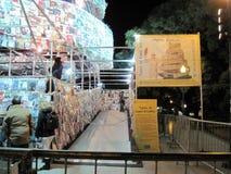 Fantastiskt torn av Babel Marta Minujin Buenos Aires 2011 Argentina Arkivbild