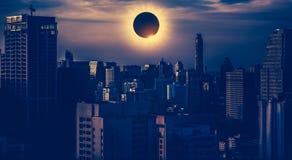 Fantastiskt vetenskapligt naturligt fenomen Sammanlagd glowi för sol- förmörkelse arkivfoto