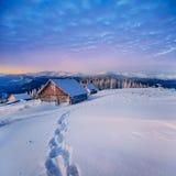Fantastiskt vinterlandskap Carpathian Ukraina, Europa arkivfoton