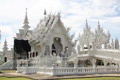 Fantastiskt vittempel Wat Rong Khun i Thailand Arkivbilder