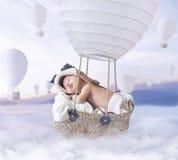 Fantasty-Bild des kleinen Jungen einen Ballon fliegend lizenzfreie stockbilder
