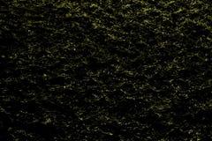 Fantastyczna żółta festal błyszcząca ciemna nocy woda z światłami - abstrakcjonistyczny tło elektryczni światła odbijał w czarnym zdjęcie stock