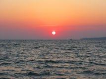 Fantastyczna ciemnopąsowa denna oceanu zmierzchu horyzontu nieba fotografia Obraz Stock