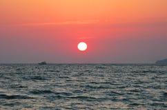 Fantastyczna ciemnopąsowa denna oceanu zmierzchu horyzontu nieba fotografia Obraz Royalty Free