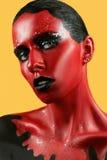 Fantastyczna dziewczyna z czerwoną skórą na żółtym tle białych wargach i zębów i czarnych Fotografia Stock