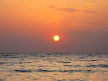 Fantastyczna pomarańczowa denna oceanu zmierzchu horyzontu nieba fotografia Obrazy Stock