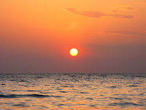 Fantastyczna pomarańczowa denna oceanu zmierzchu horyzontu nieba fotografia Zdjęcia Royalty Free
