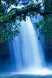 Fantastyczna tropikalna siklawa woda spada na falezie pod blask ksi??yca, delikatnie, jako akwarela obraz Khao Yai, Tajlandia obrazy royalty free