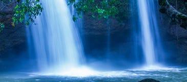Fantastyczna tropikalna siklawa woda spada na falezie pod blask ksi??yca, delikatnie, jako akwarela obraz Khao Yai, Tajlandia fotografia stock