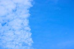 Fantastyczne chmury rusza się z wiatrem pionowo Obrazy Royalty Free
