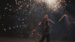 Fantastyczni fajerwerki podczas fireshow wyst?pu zbiory