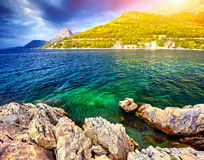 Fantastyczni widoki Adriatic morze pod światłem słonecznym i błękitem Zdjęcie Stock