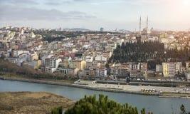 Fantastyczni widoki miasto i wzgórze na słonecznym dniu od viewing punktu Istanbuł, Turcja Obrazy Stock