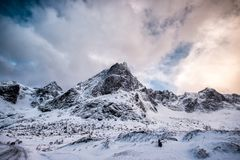 Fantastyczny śnieżny pasmo górskie z chmurnym niebem fotografia royalty free