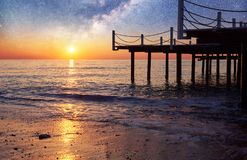 Fantastyczny gwiaździsty niebo i Milky sposób molo przy morzem, używać naturalnego tła morze gęstej fantastycznej wyspy nocy księ obrazy stock