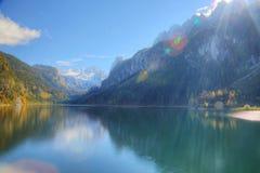 Fantastyczny jesieni światło słoneczne zaświeca na halnym jeziornym Gosausee Obrazy Stock