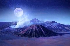 Fantastyczny księżycowy krajobraz w górach Indonezja Bromo wulkan Jawa wyspa Gwiazdy i blask księżyca zdjęcie stock