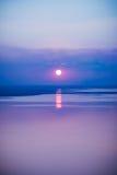 Fantastyczny seascape z chłodno zmierzchu tłem z odbiciem o Obrazy Royalty Free