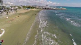 Fantastyczny widok z lotu ptaka Cypr kurort przy Śródziemnomorskim nadmorski, wakacje zdjęcie wideo