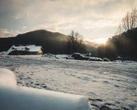 Fantastyczny wieczór zimy krajobraz jarzy się światłem słonecznym Dramatyczna mroźna scena podczas zmierzchu zdjęcie royalty free