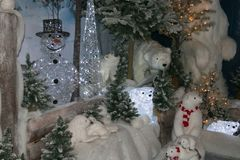 Fantastyczny zima krajobraz z niedźwiedziem polarnym i bałwanem Zdjęcie Stock