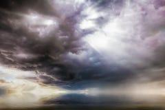 Fantazi cloudscape z UFO aktywnością zdjęcie royalty free