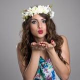 Fantazi czarodziejski piękno z kwiatu wianku dmuchania buziakiem przy kamerą Zdjęcia Royalty Free
