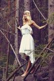 Fantazi Piękna młoda kobieta w lesie Zdjęcia Royalty Free