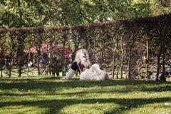 Fantazi postać z kształtem samiec odpoczywa w parku podczas Zdjęcie Stock